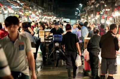 基隆濱海臨港,崁仔頂魚市場總是 燈火通明、人聲鼎沸。(林格立攝)