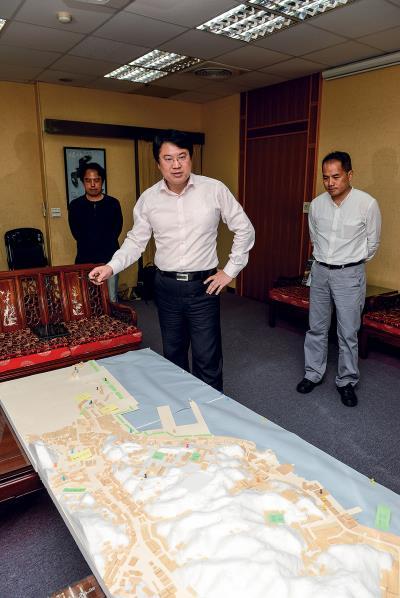 林右昌市長(圖中)在基隆全市模型前,暢談即將推動的「大基隆歷史場景再造計畫」,與文化局長彭俊亨(圖右)共同全力推動,重現基隆的往日風華。(莊坤儒攝)