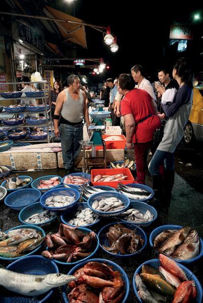 基隆濱海臨港,崁仔頂魚市場總是燈火通明、人聲鼎沸。