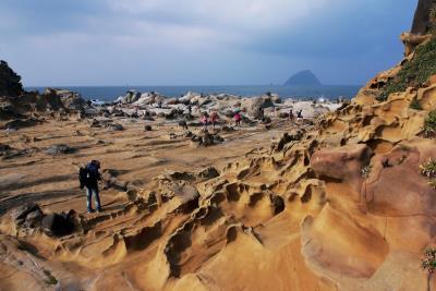 基隆海岸長年受海浪沖刷侵蝕,奇石嶙峋而壯美, 當是北台灣重要的瑰寶地景。圖為基隆和平島。 (林格立攝)