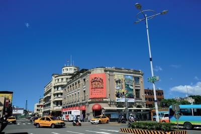 基隆為台灣北部最重要的港口都市,北朝東海、三面環山,形成一灣岸的腹地,貿易與旅遊興盛不絕。(圖為基隆港邊的陽明海洋文化藝術館)