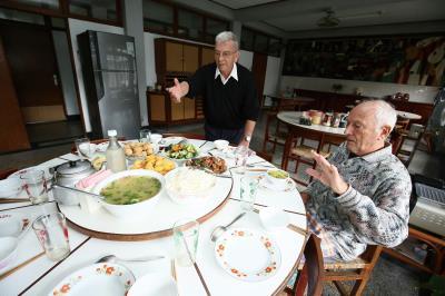 白冷會神父平日散落各鄉忙於會務,每周一都要從四面八方趕來,分享心得、聊天吃飯。
