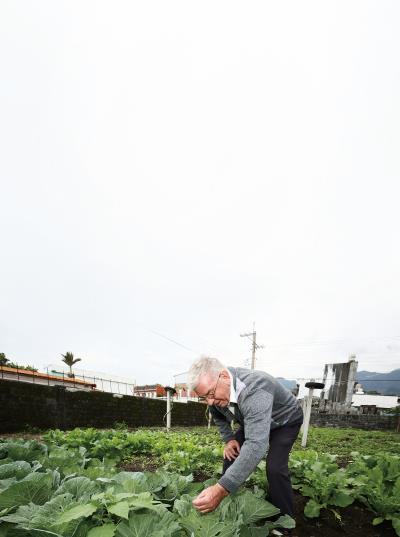 吳若石餐桌上的蔬果全是自家菜園所產,生活恬淡自得。