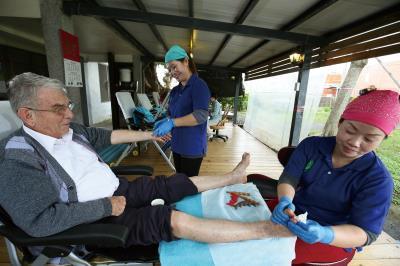 白冷會神父吳若石擁有一身足部治療的本領,時常親身示範,教導附近的新住民學員。