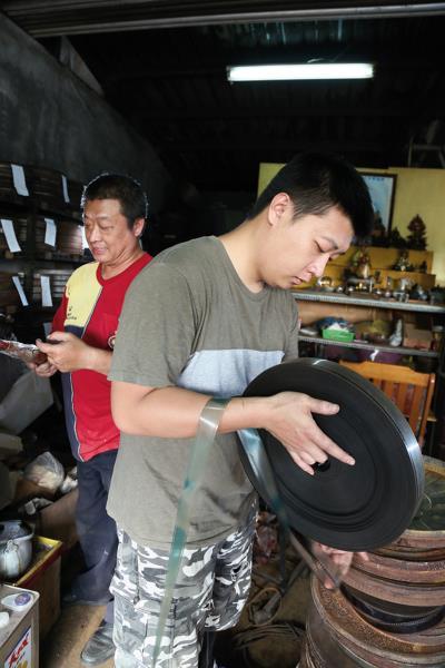 高璞元(右)回台南成立工作室、尋求合作機會,多方奔走,希望讓手中的膠捲電影活出自己的生命。