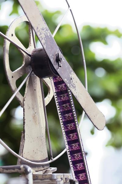 膠捲電影放映機的捲片聲響傳來,快速轉動的齒輪,一秒鐘放映36張底片。(林格立攝)