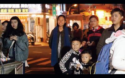 台南郡西街上舉辦露天膠捲電影放映,民眾開心地欣賞難得的畫面。(熊南人電影映像工作室提供)