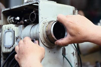 輪軸潤滑、調整碳精棒長度、鏡頭焦距等,傳統播映的每個環節全仰賴放映師多年技藝的累積。