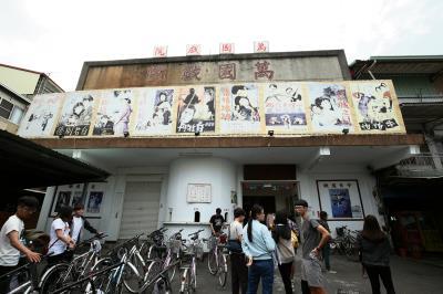 萬國戲院吸引許多學校師生來參訪觀摩。