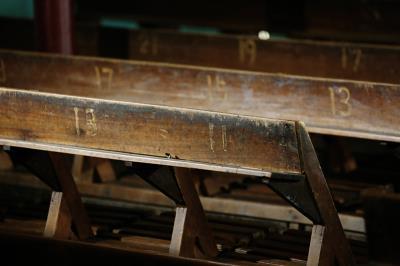 瑞舞丹還留著舊式的舞台、檜木長條座椅,椅背上刻著排數與座位號碼,歲月的痕跡清晰可見。