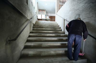 開場前,灑掃樓梯, 陳家人依然兢兢業業 守著阿公留下的戲院,歡迎客人光臨。