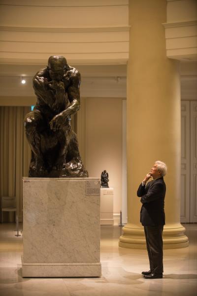 站在一手操刀設計燈光視覺的台南奇美博物館裡, 國際大師周鍊融合人生哲理,追尋光的足跡。