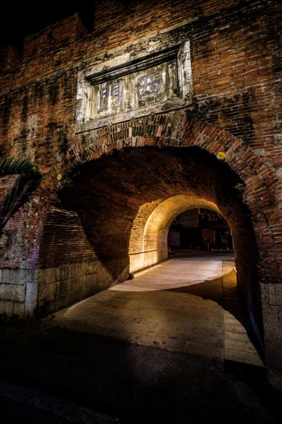 以人為本、呼應環境,周鍊以光照映恆春古城百年歷史。(中強光電文化藝術基金會提供)