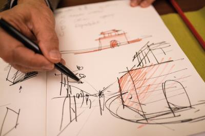 在國際發光發亮,周鍊隨時能面向來者,翻轉筆記本, 熟練地倒筆畫下設計草圖。
