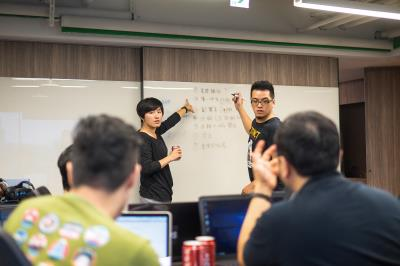 g0v社群的興起,透過公民主動參與,讓政府資訊透明,深化台灣民主。圖為黑客松對政策的熱烈討論情況。