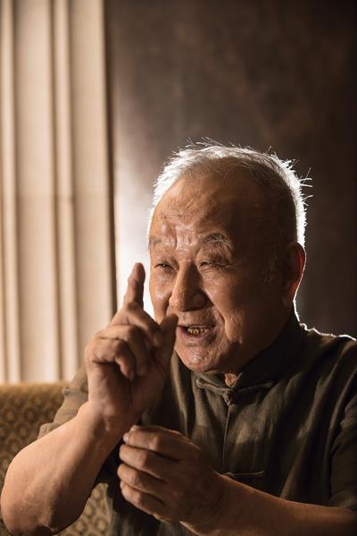 醉心於珠穆瑪朗峰美景,劉國松因此壞了左耳, 一邊耳朵聽不見,創作的初心依舊不改。