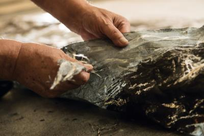 劉國松所創的「抽筋剝皮皴」畫技, 在紙張上墨後,撕去紙筋留下白線,表現出 筆鋒難以企及的紋路肌理。(莊坤儒攝)