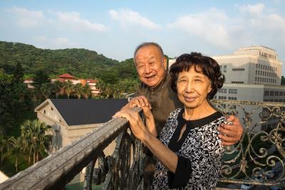 劉國松的現代水墨畫之路, 夫人黎模華是最好的 得力助手。(莊坤儒攝)