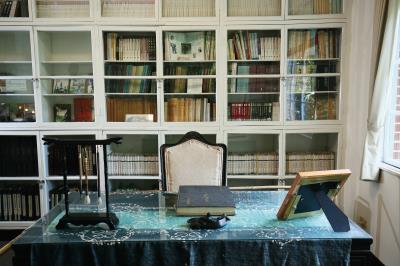 錢穆生前使用的書桌,由珍貴的紫檀木製成,「據說是蔣中正總統的贈禮」秦照芬執行長說。