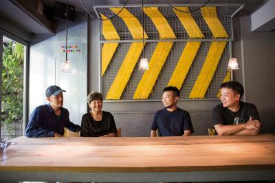 董陽孜與年輕朋友玩跨界遊戲,讓書法新生,也讓年輕一代找回文化根源。左起:陳劭彥、董陽孜、陳彥任、張坤德。