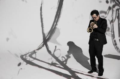 《騷》的演出現場,黑衣舞者、樂手與書法的 墨色相映成趣。(自在工作室提供)