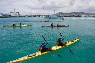 「海鯖迴家」 活動,保育人士自南方澳 勇渡黑潮,為守護鯖魚而划。 (廖大慶提供)