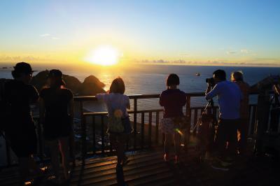 南方澳美在自然與人文的 結合,綿延一公里的內埤海岸線上,璀璨的日出, 緊扣住世人的目光。