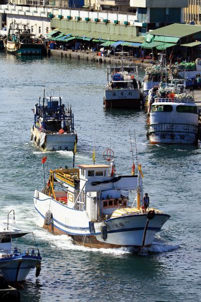 南方澳堅守著傳統漁港的風貌,午後作業船隻陸續滿載漁獲歸港。