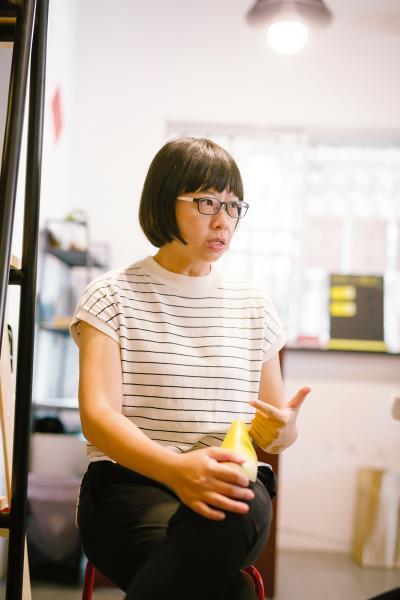 何惠貞以延續製鞋工藝為己任,除了品牌經營之外,也對外舉辦手工鞋創業講座, 並與鞋廠共謀技術傳承的可能。