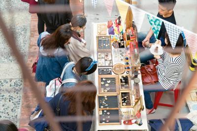 台灣製造業以代工起家,缺少品牌概念,小品牌設計師可從市集中學習品牌經營。