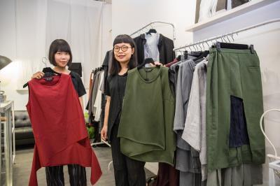 楊勻涵(左)說:「我過去也很沒自信,穿上自己做的衣服,個性也慢慢改變了。」她鼓勵保守的客人不妨試穿看看。