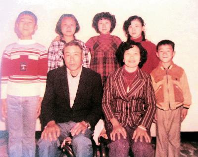 繼3個姊姊後,黃建榮是家中第一個出生的男生(左1),從小品學兼優。