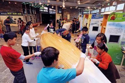自造的木造舢舨船,包括釘槍、砂磨機、黏膠等工序,需耗時一年,即將於2018年完工。(林格立攝)。