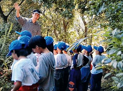 對黃建榮來說,大自然的一切要比課本精彩太多了,圖為平等國小校外教學情形。