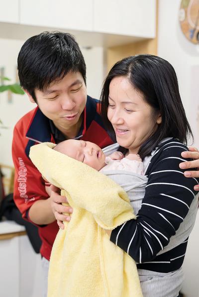 余卓祺(左)說,香港罕見溫柔生產, 但經由充分的產前教育,也共享了一段難忘的經驗。