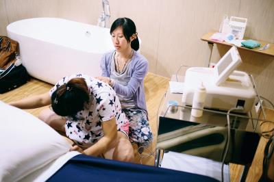 助產師推壓骨盆,幫助產婦減緩疼痛, 也能讓寶寶順利下降出生。(俞冠鳳提供)