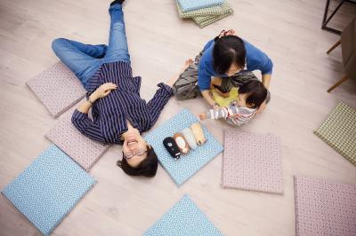 好孕工作室結合了一批以推廣溫柔生產為志業的夥伴。 陳鈺萍(左) 幸福地說:「都是他們自己來找我的!」
