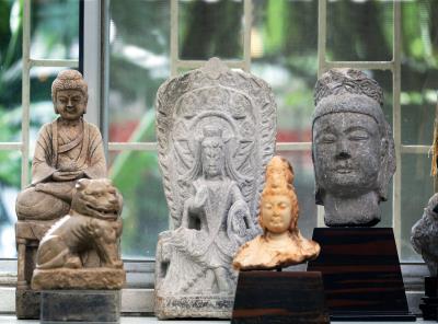 客廳裡陳列數尊五代十國時期的雕刻,是王南雄二十多年來的收藏。
