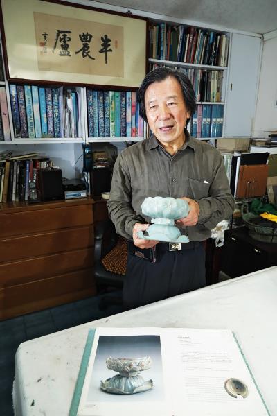 王南雄手捧北宋汝窯的天青燻爐,收藏美的 事物亦是他的嗜好。