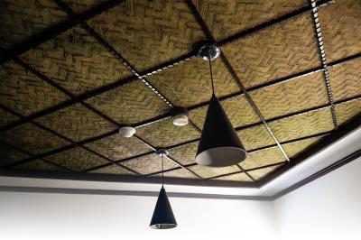 郭子究音樂文化館中保留用甘蔗碾壓製成的天花板,再塗上一層白灰泥,手工刷出棕櫚紋。