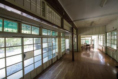 花蓮觀光糖廠裡,待修復與修復中的廠長、副廠長宿舍,和修葺一新的旅舍,各有其時代的象徵意義。
