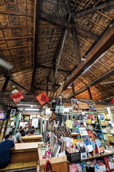 五味屋的屋頂是日本沿海一帶常見的四邊斜造型,在當地為了防止積雪堆積,移民來台後仍採用原建築習性建構新厝。