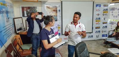 政大青年(中)拜訪泰國NGO組織LPN,聆聽WinTing先生(右)現身說法,從受難漁工轉為LPN的一員,為其他漁工而努力。