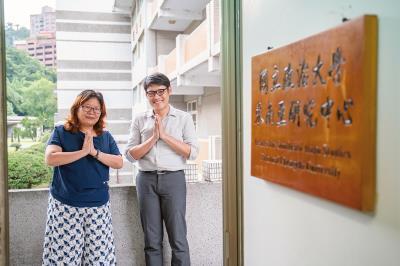 研究員王雅萍與來自泰國的青年學者丁永興合作,促成台泰學術圈交流。(林旻萱攝)