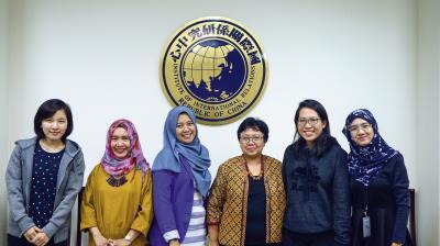 印尼大學Ani Soetjipto教授(右三)於政大國關中心演講有關巴布亞省地區人權跨國倡議網絡的案例。