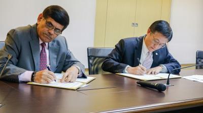 政大時任校長周行一(右)與印度弗來明大學校長Devi Singh 簽署雙邊合作備忘錄。