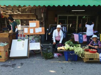 「人藏夢•夢藏種•種藏人」展覽結束後,一部分展品搬到傳統市集打游擊,同時進行傳統作物食譜工作坊。 (種子野台提供)