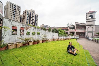 座落精華區,為豪邸環繞的博愛國小,何俊賢坐在親自設計的草坪上,幸福感不言可喻。