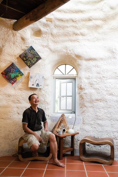 「一間奇特的房子,不是民宿也不是咖啡館,那主人一定有他的想法。」何俊賢這樣想。他建造度咕屋,藉機吸引人聽聽他的理念。