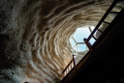 不同多數建築的稜角分明、光滑無暇,度咕屋拱形的結構體、扇形的窗櫺,牆面還有著凹凹凸凸的觸感,充滿了意趣。(林旻萱攝)